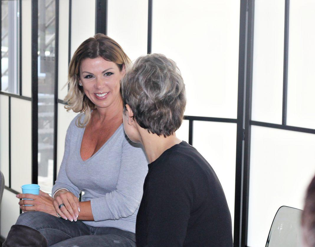 a feleségem egy nővel randevúzik mit jelent a nyitott gondolkodású társkereső